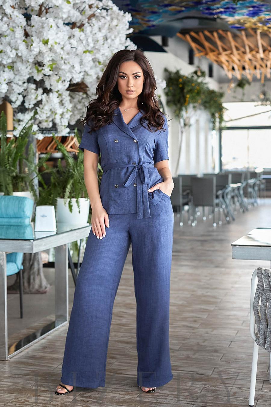 Брючный костюм в джинсовой расцветке из мягкого креш-льна с V-образным вырезом на спинке В793
