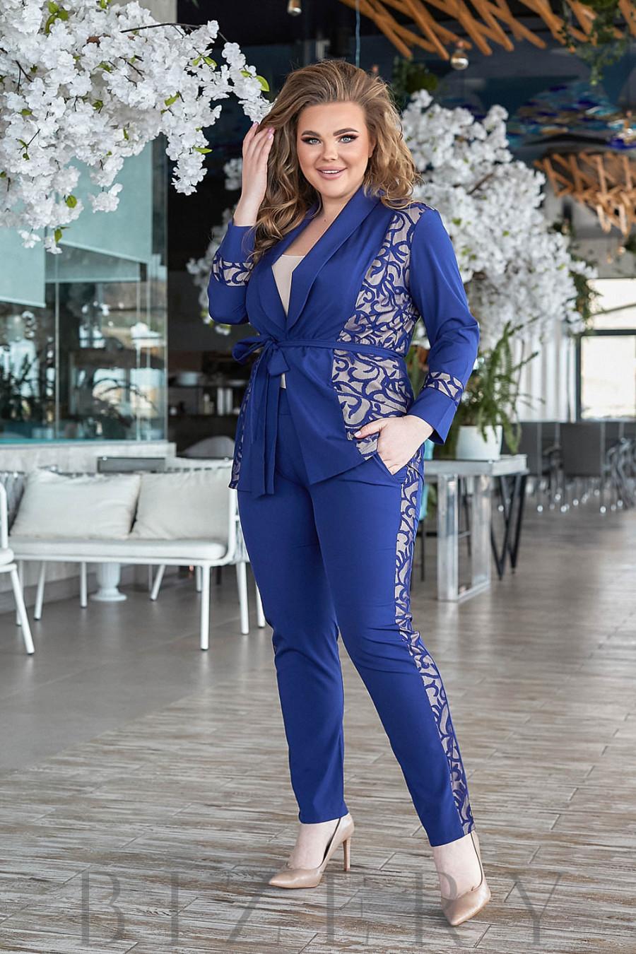 Брючный костюм с гипюром синего цвета В799