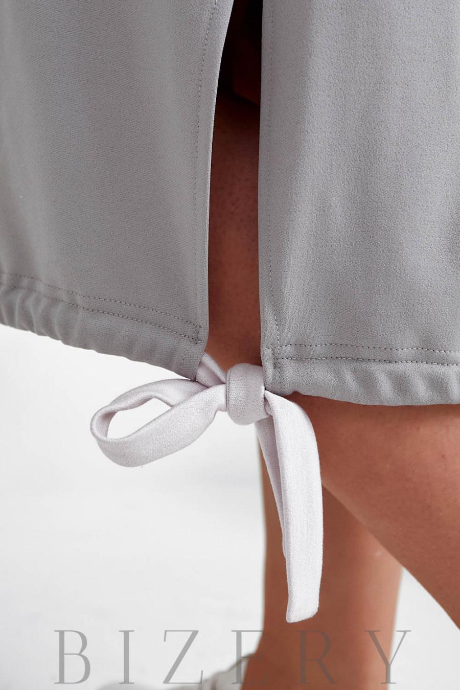 Платье полуспорт из мягкого трикотажа с накладным карманом в сером цвете B1041