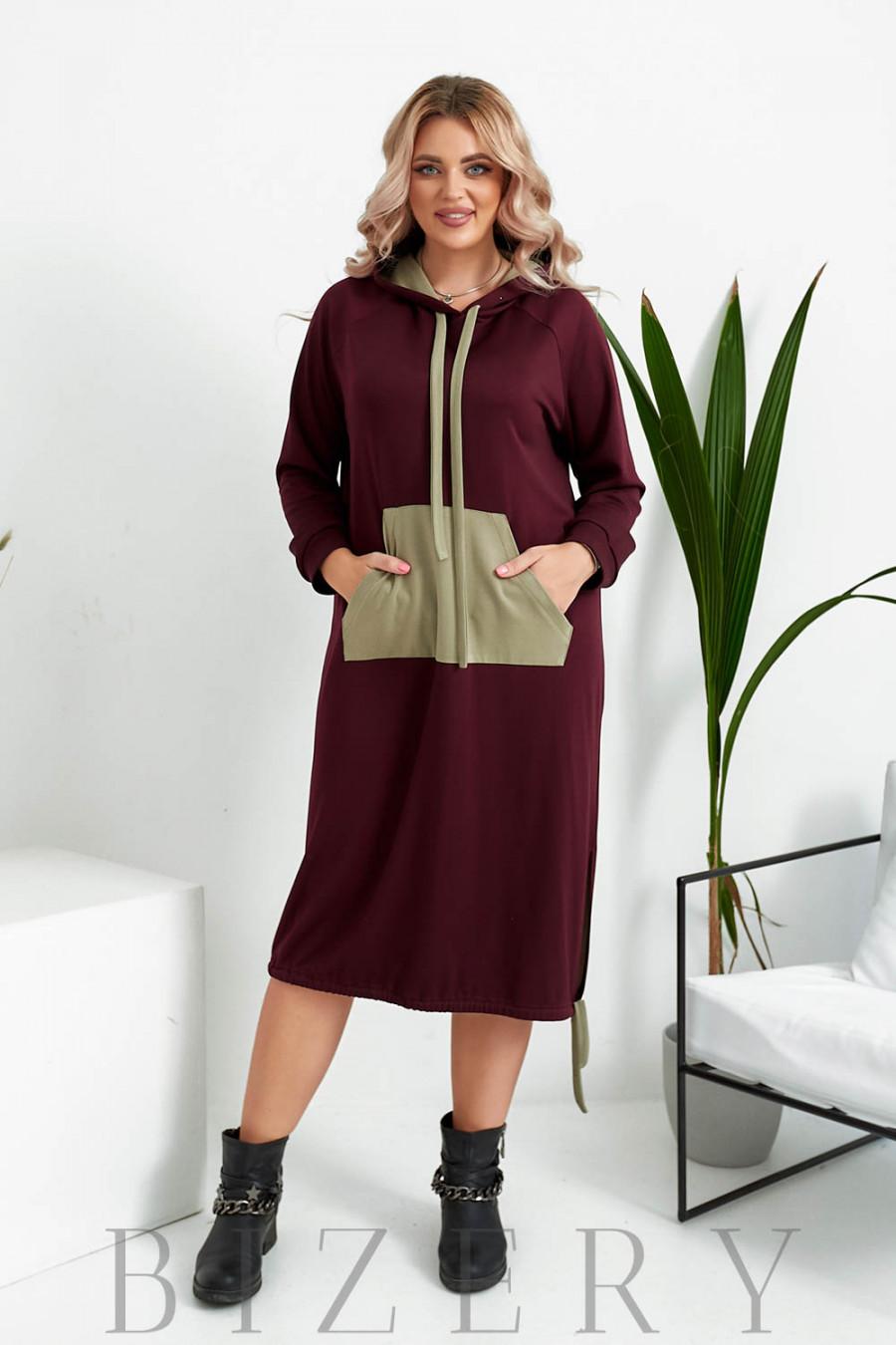 Платье полуспорт из мягкого трикотажа с накладным карманом в темно-бордовом цвете B1040