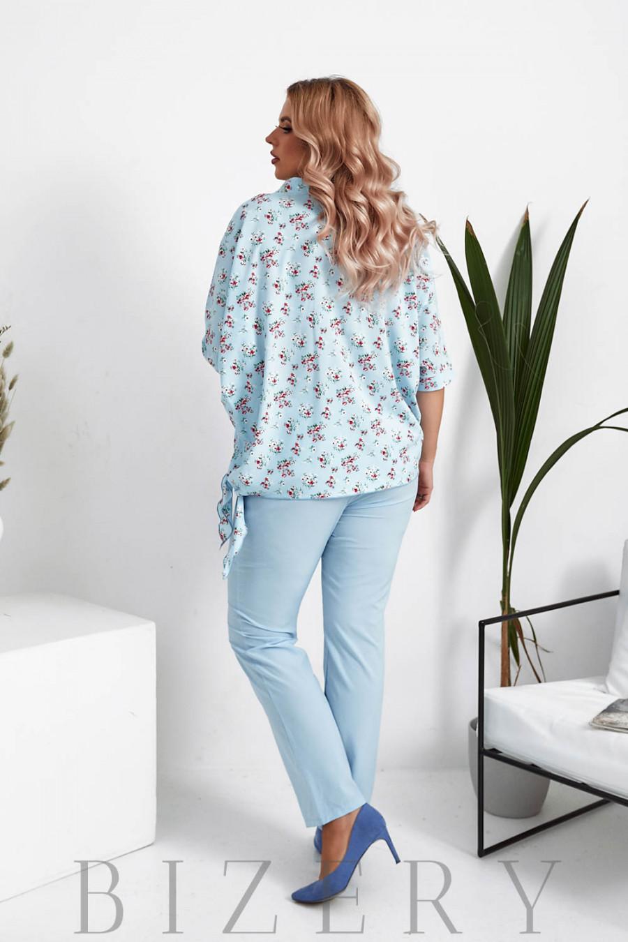 Брючный костюм с блузкой в цветочный принт цвет светло-голубой B1060