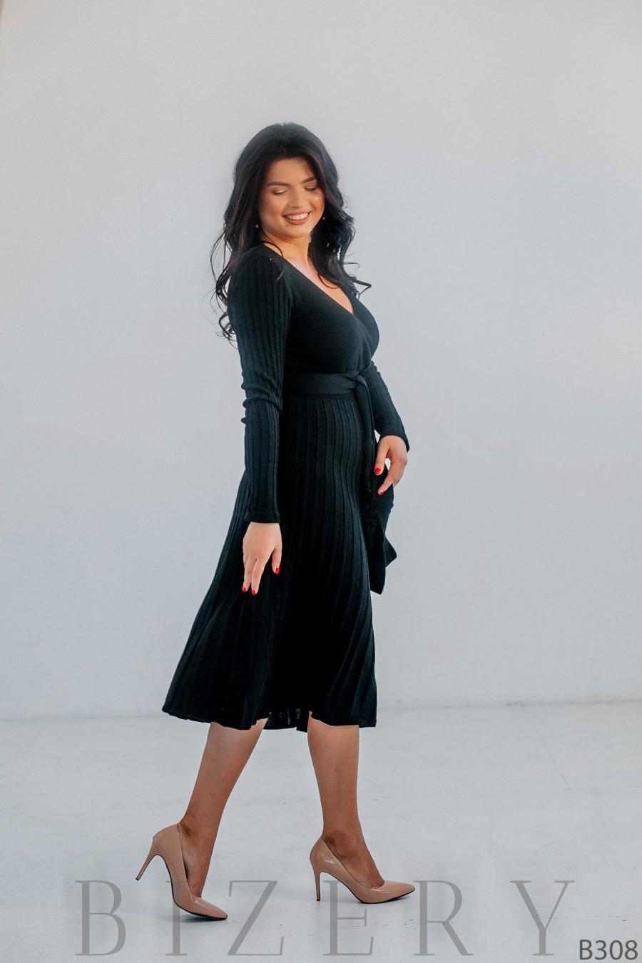 Стильное тёплое платье чёрного цвета с V-образным вырезом B308
