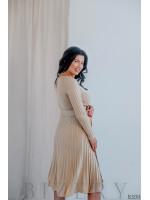 Стильное тёплое платье бежевого цвета с V-образным вырезом B309