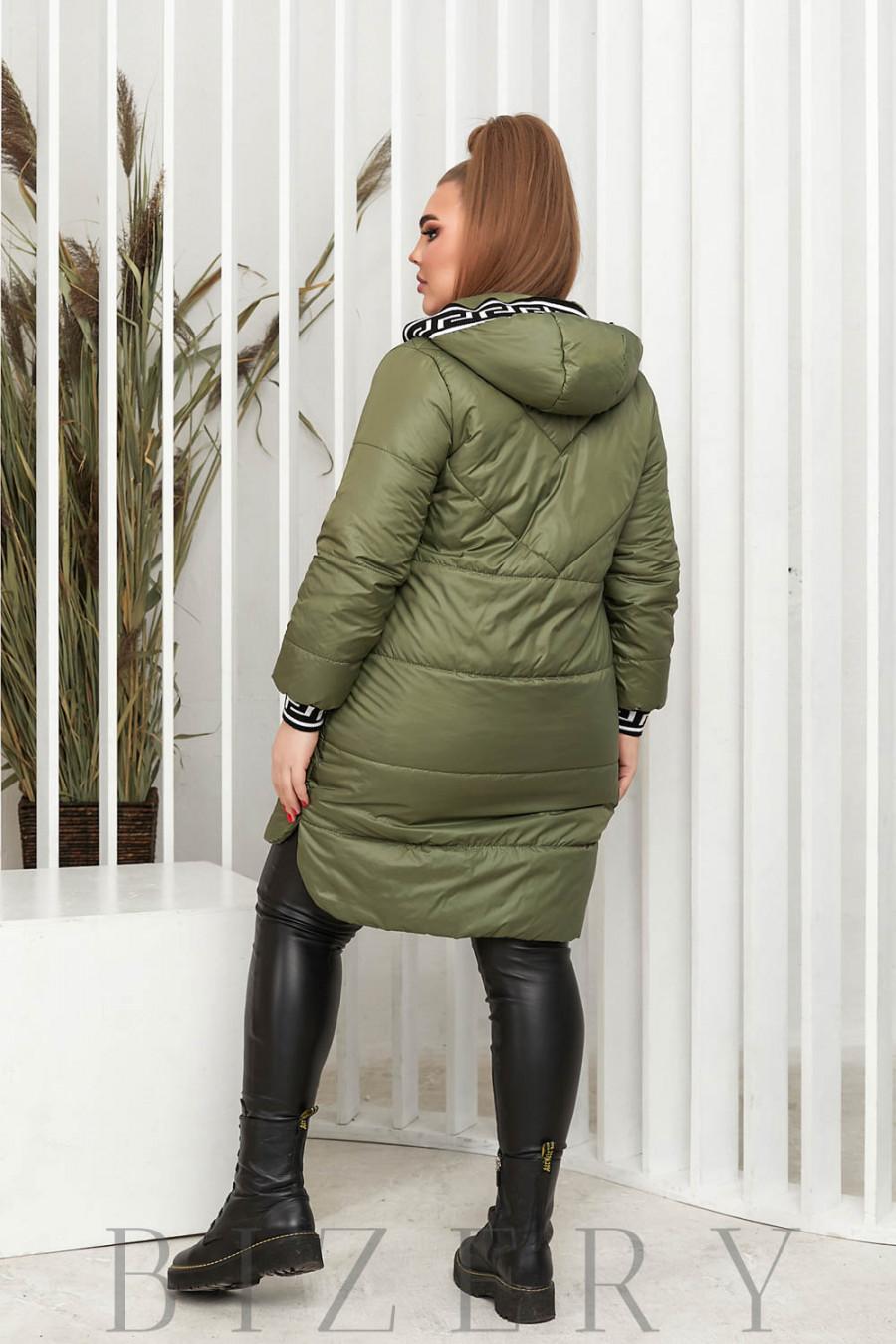Удлинённая демисезонная куртка в зелёном цвете В639
