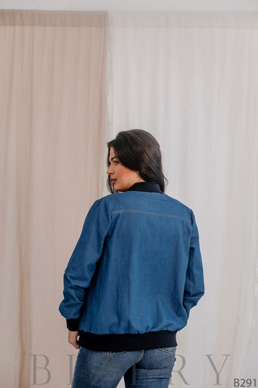 Лёгкий бомбер из светлого джинса большого размера В291