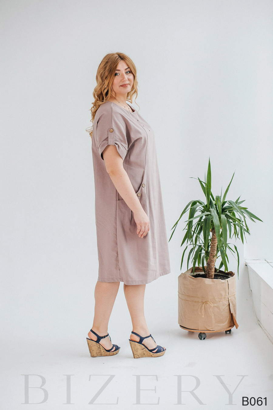 Свободное платье из льна с широкими боковыми карманами и пуговками
