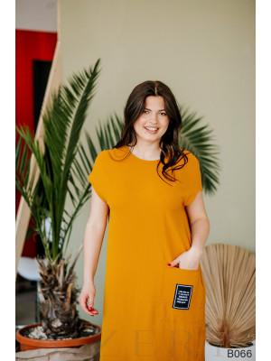 Повседневное горчичное платье миди свободного кроя с оформленным боковым карманом