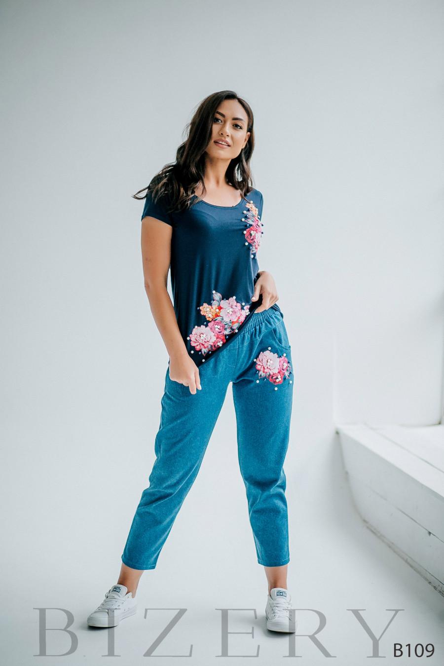 Костюм джинсы и синяя кофточка с аппликацией и жемчужинками