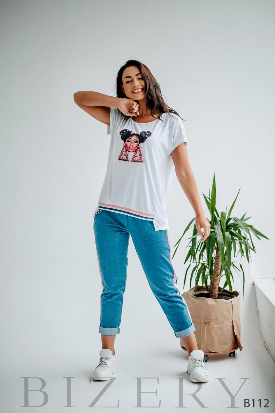 Костюм джинсы и белая кофточка с яркой аппликацией