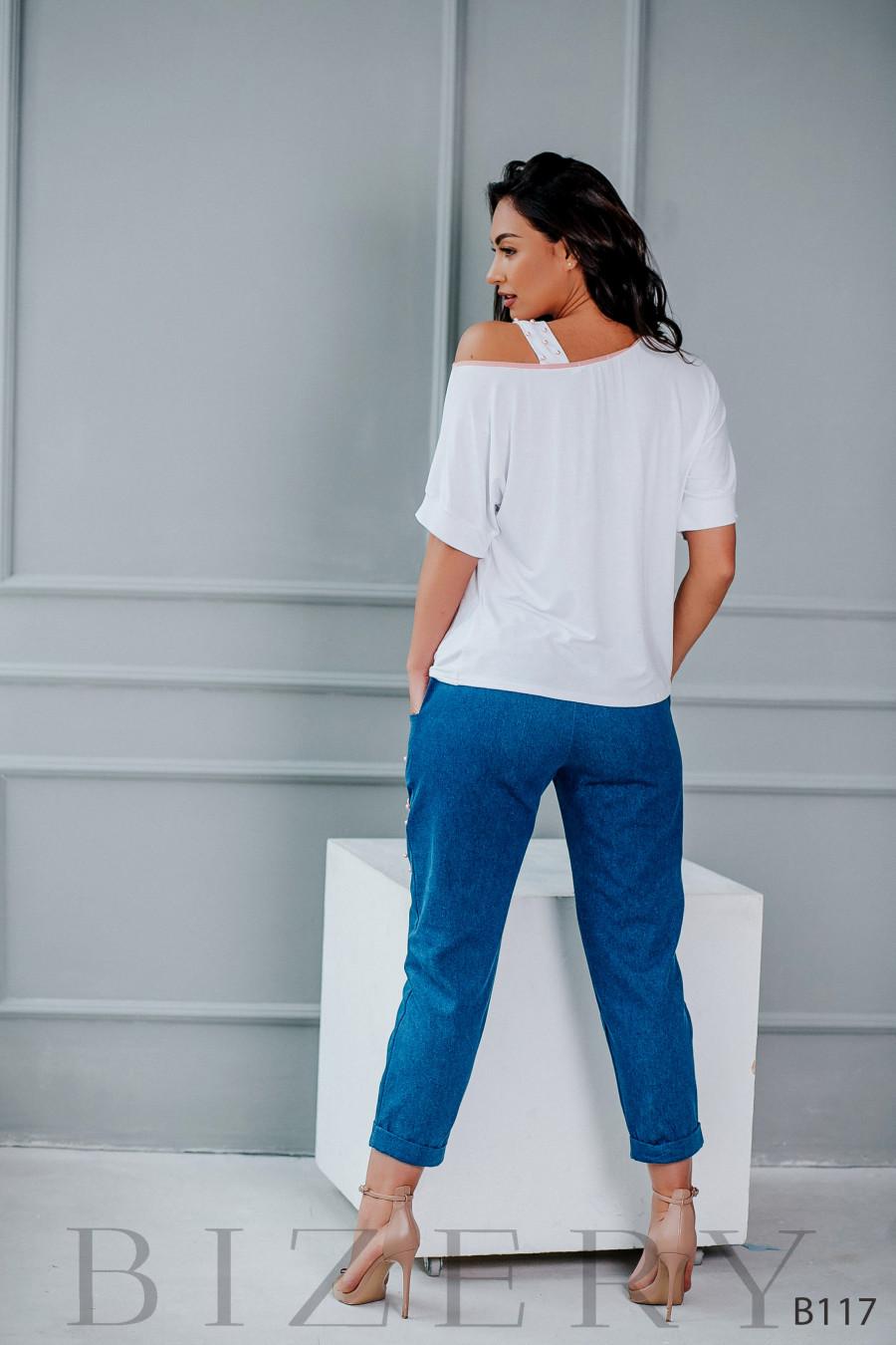 Костюм с джинсами и кофточкой с цветочной аппликацией и жемчугом