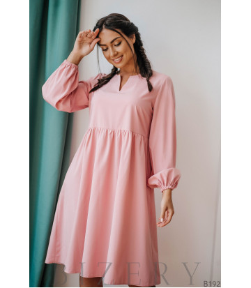 Нежно-розовое платье свободного кроя с длинным рукавом