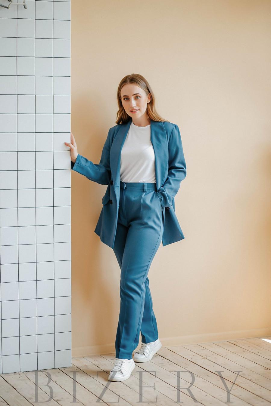 Брючный костюм в деловом стиле джинсового цвета