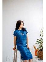 Синее прямое платье с коротким рукавом-реглан и украшением