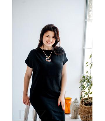 Чёрное прямое платье с коротким рукавом-реглан и украшением