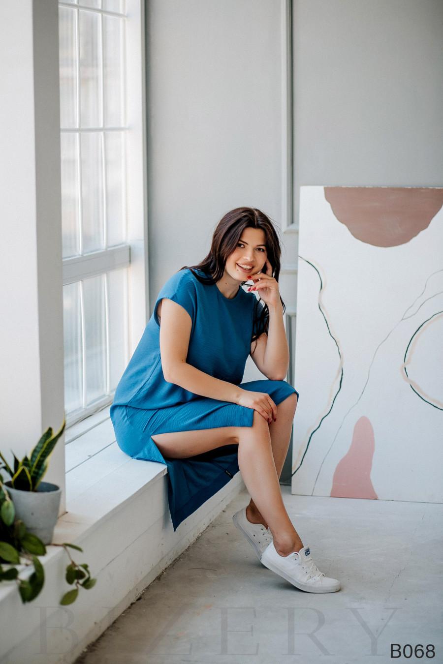 Повседневное синее платье миди свободного кроя с оформленным боковым карманом