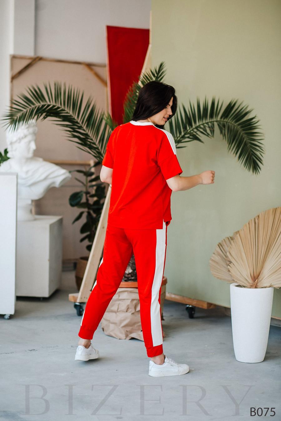 Стильный костюм спорт-шик с коротким рукавом красного цвета