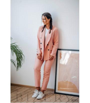 Брючный костюм в деловом стиле персикового цвета
