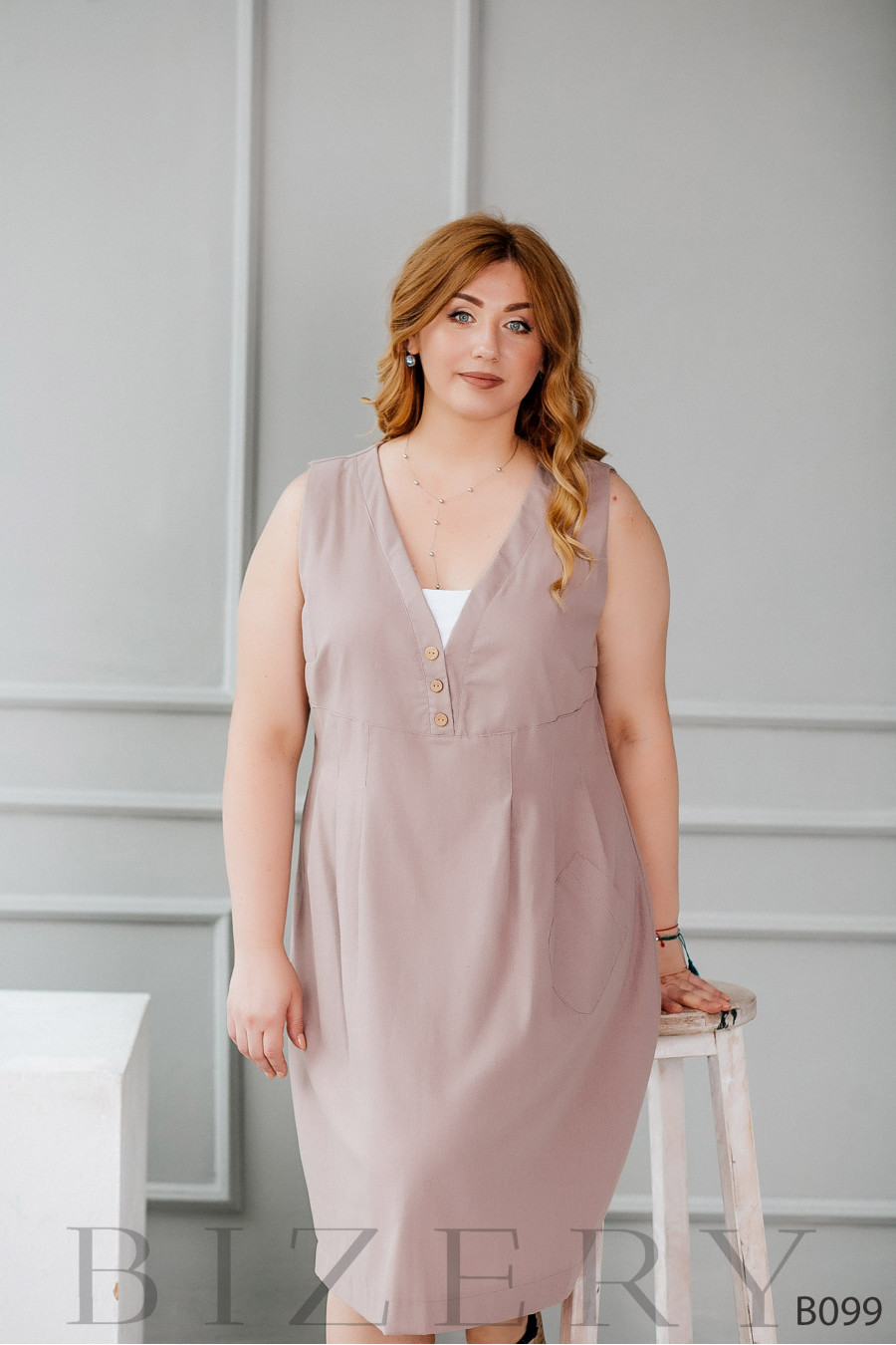 Стильное платье миди из льна без рукавов с боковым карманом