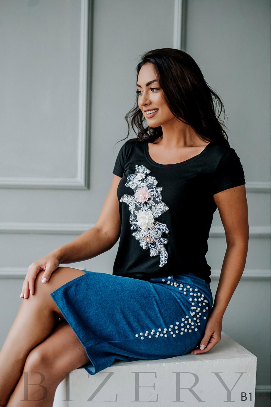 Костюм с джинсовой юбкой украшен цветочной аппликацией с жемчугом