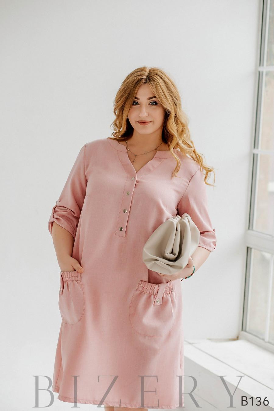 Бледно-розовое платье миди с V-образным вырезом и накладными карманами
