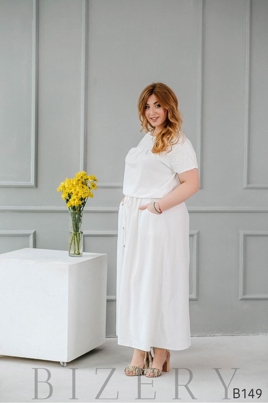Белое платье макси с разрезами вдоль спинки