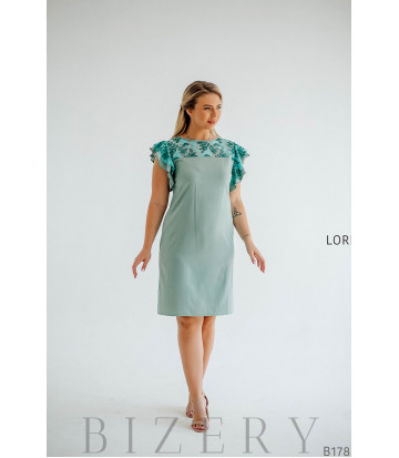 Нежное коктейльное платье с цветочной вышивкой на сетке
