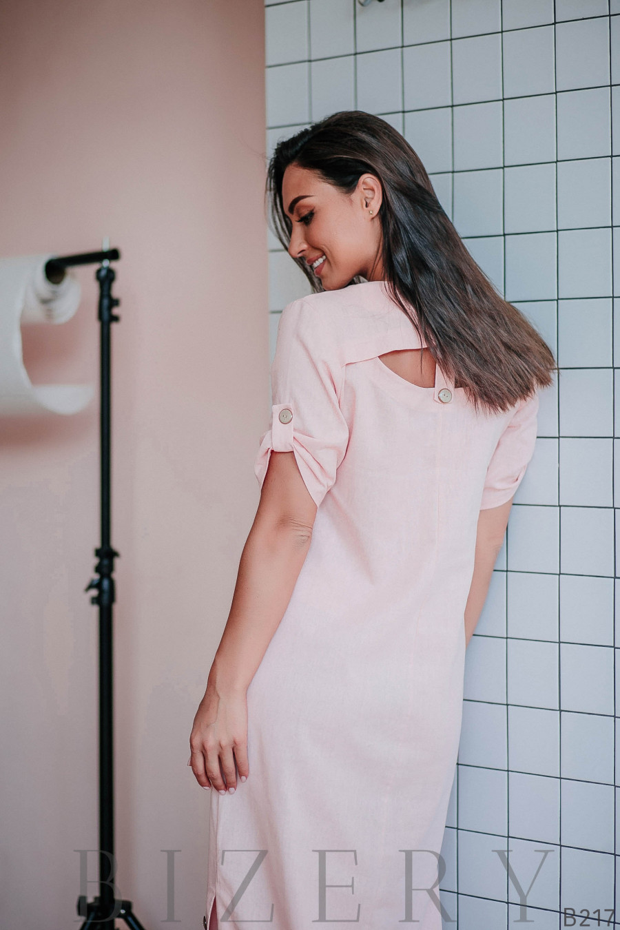 Платье макси с присборенными рукавами и декоративным вырезом на спинке