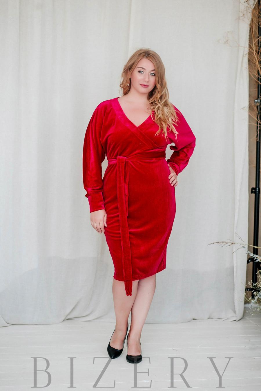 Нарядное платье большого размера из велюра красное B310