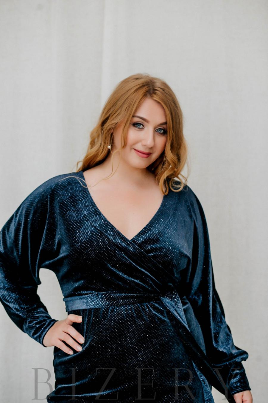 Нарядное платье большого размера из велюра синее B311
