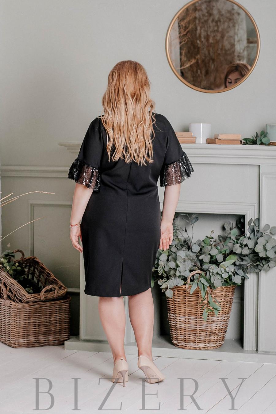 Нарядное платье большого размера декорировано кружевом и пайеткой B331
