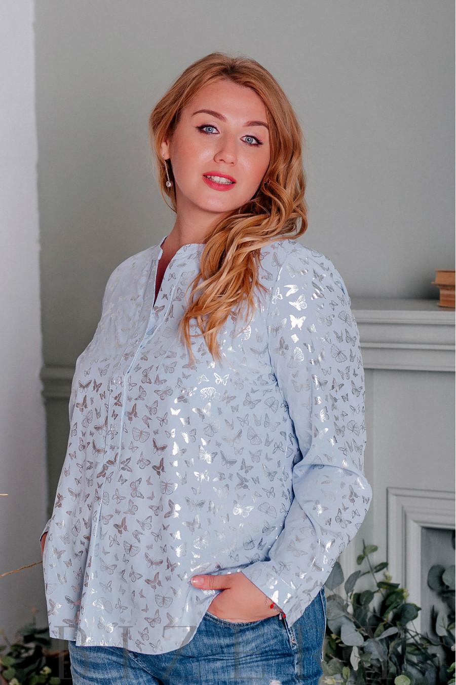 Блуза большого размера с рисунком бабочки голубая В336