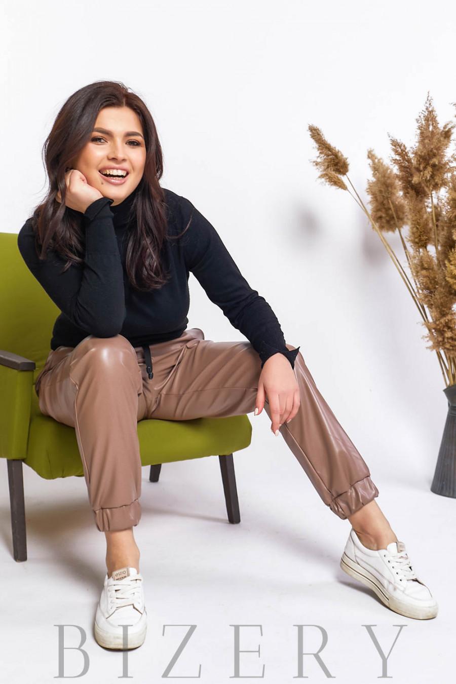 Кожаные штаны джоггеры в цвете капучино В583