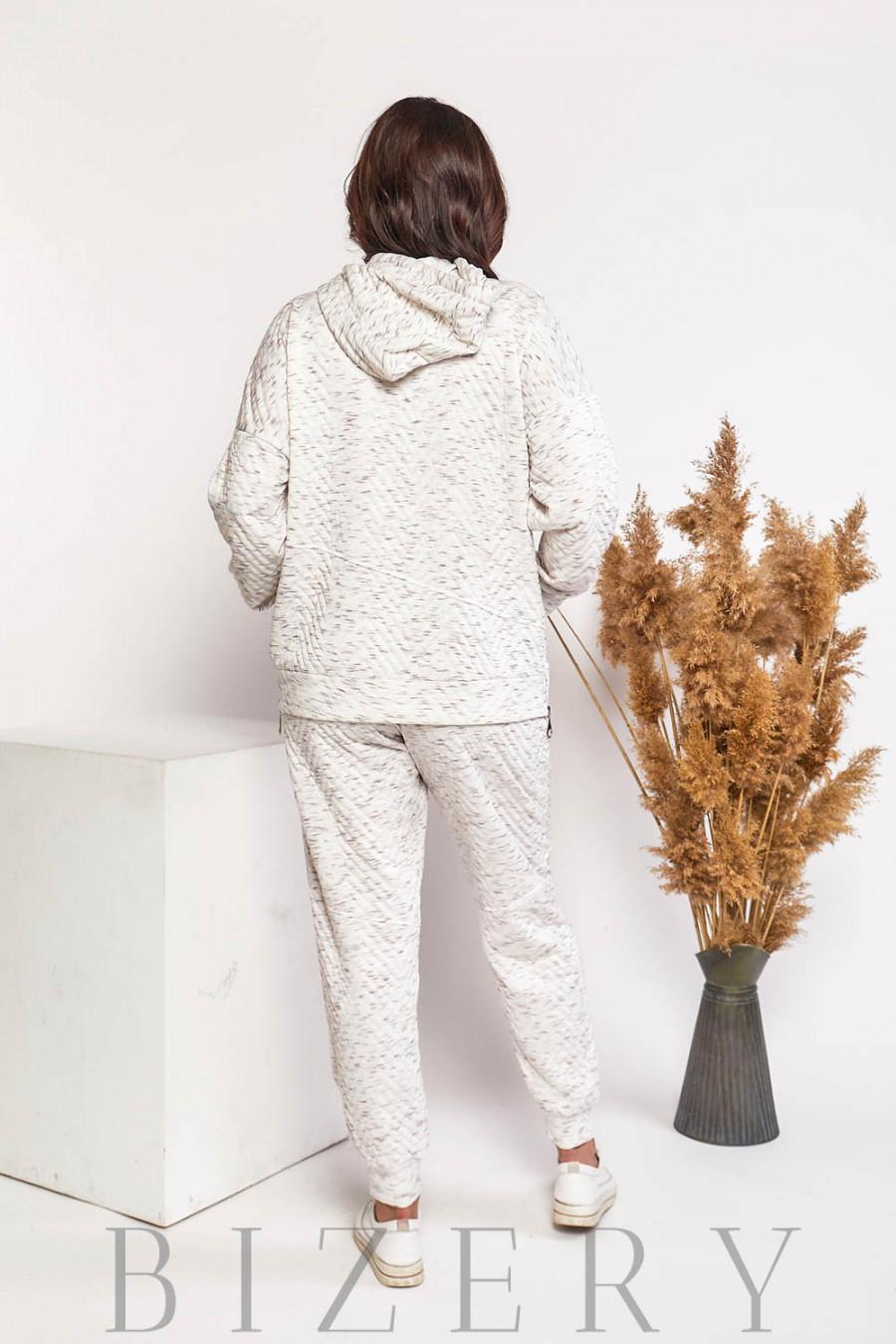 Стильный спортивный костюм свободного кроя в белом цвете В596