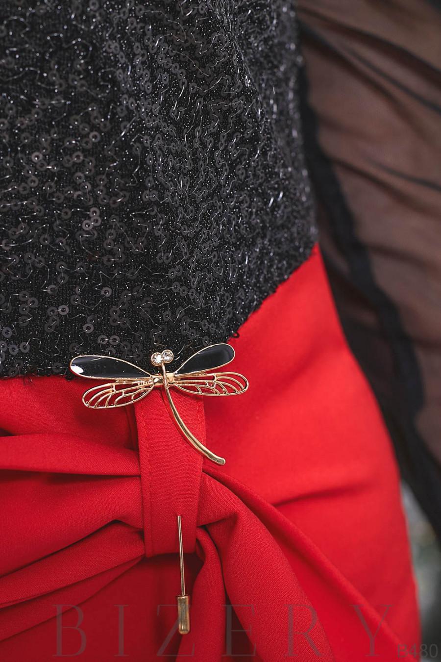 Торжественное платье декорировано брошью B480