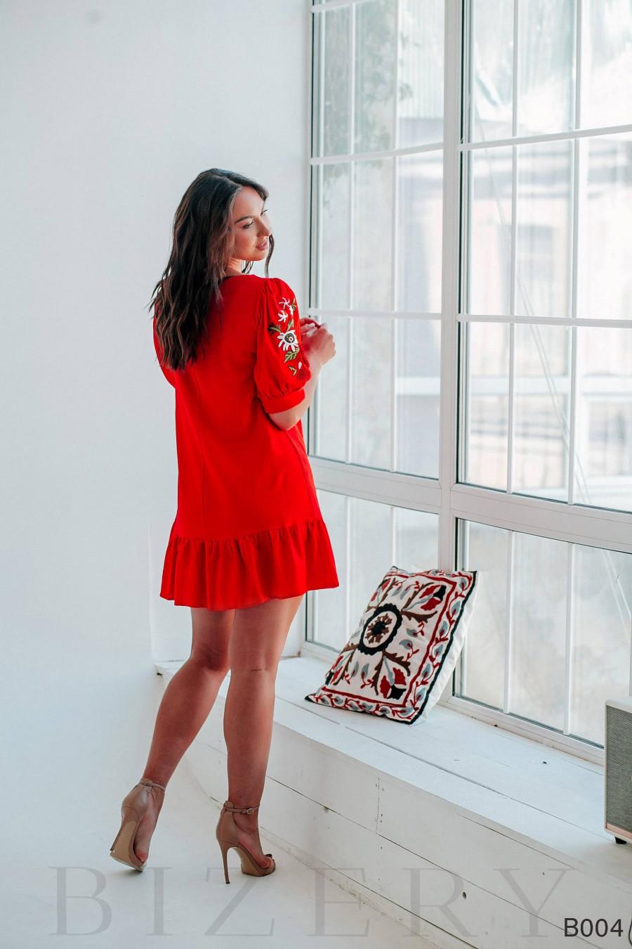 Платье мини красное с вышивкой на рукавах