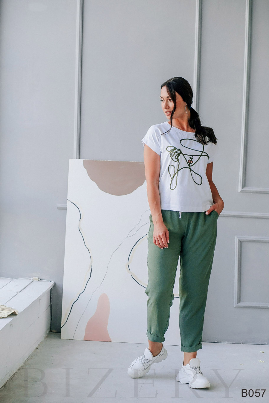 Костюм брючный зеленый с белым с художественной вышивкой шнуром