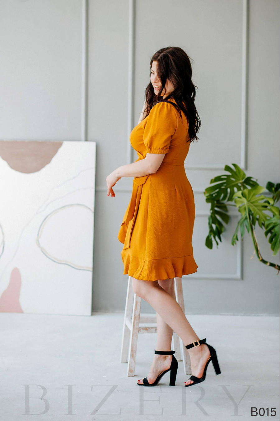 Повседневное горчичное платье мини на запах