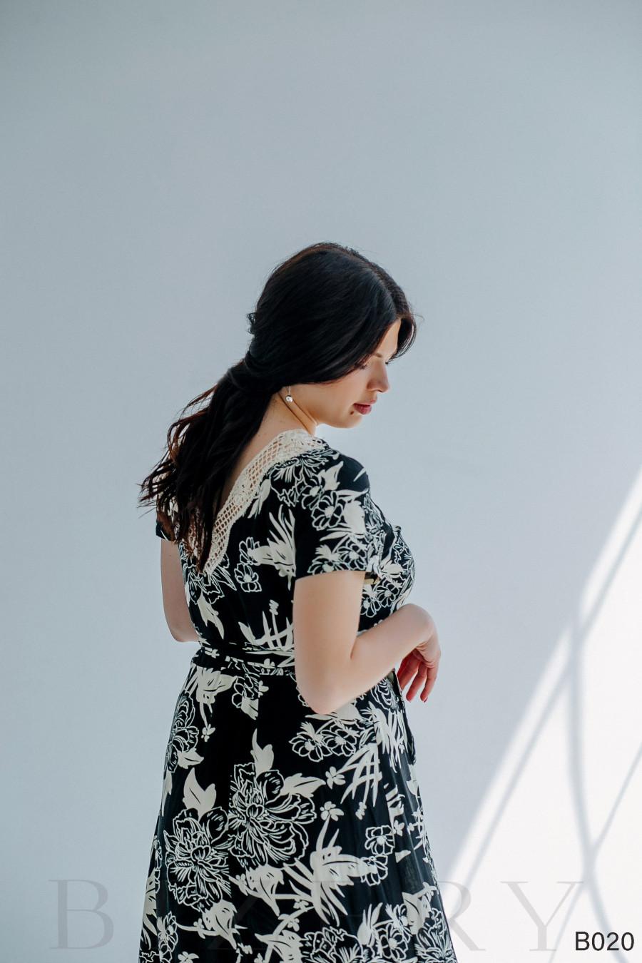 Платье макси с цветным принтом и V-образным вырезом по спинке